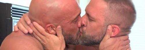 """Pornoattore bacia il marito e pubblica la foto. Ma Facebook lo banna: """"Contenuti offensivi"""""""
